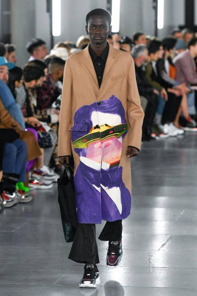 Valentino Uomo 2019 tra street-couture e co-lab. cappotto lungo stampato