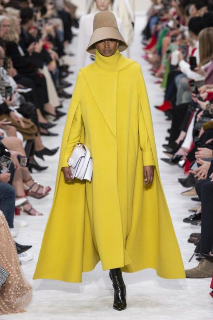 Valentino FW19, standing ovation per Piccioli. Yellow total Look