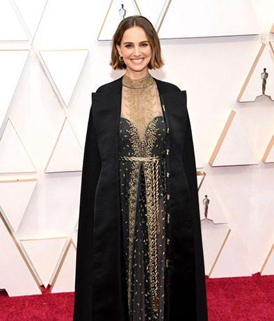 Natalie Portman sfoggia un bob dalla texture wavy declinato in un castano con spunte flipped sporcate di un color caramello.