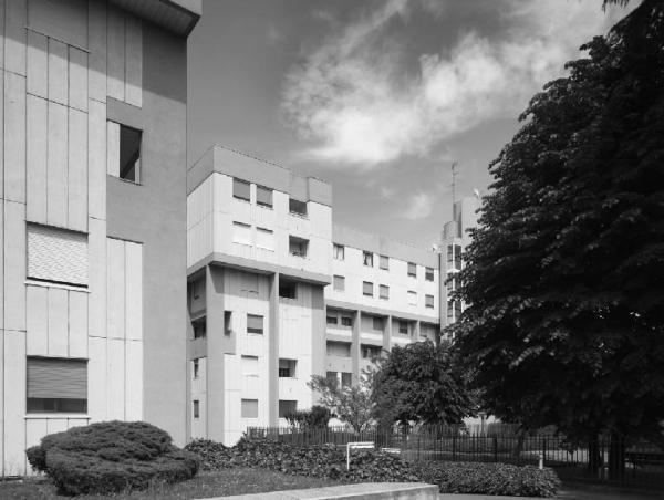 Seguono tre esempi di edilizia residenziale: la cooperativa di Via Palmanova (vicina alla stazione di Lambrate), la casa di via Desiderio da Settignano e il condominio di Via Casoni.