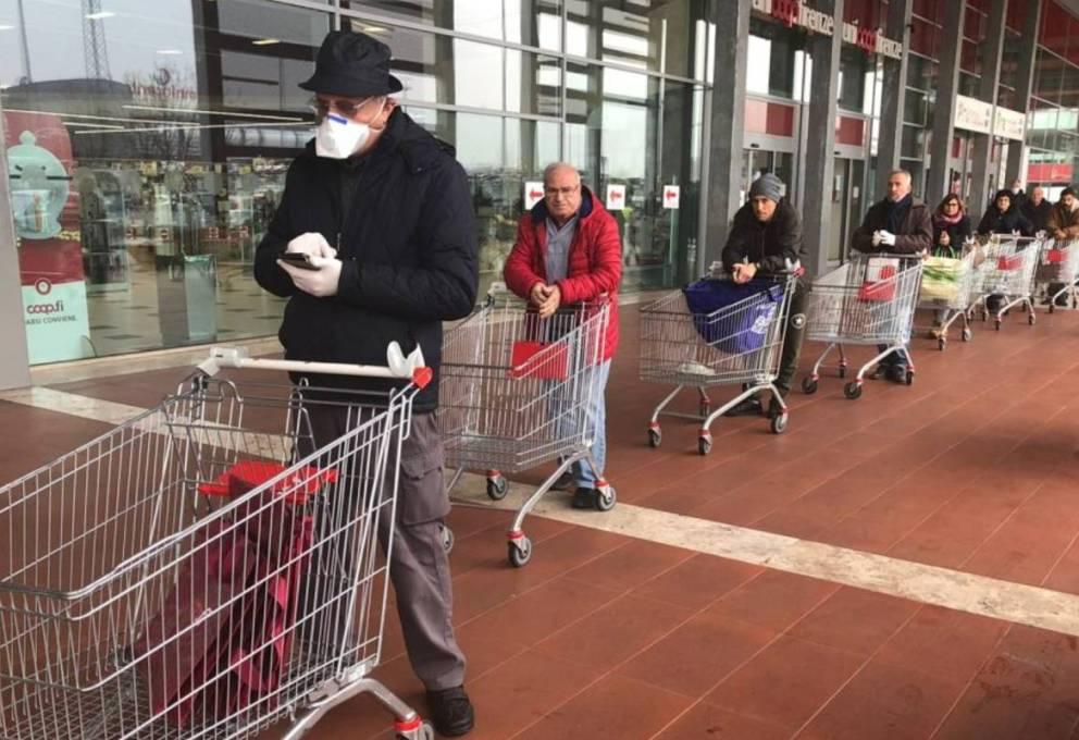 CORONAVIRUS: CODE AL SUPERMERCATO E SPESA ON LINE INEFFICIENTE