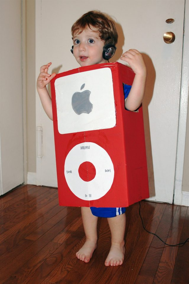 ECOWEEN-Cardboard-Box-iPod-Costume
