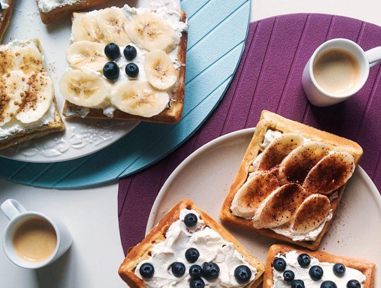 foodiesfeed.com homemade waffles with coffee - DZIEŃ ŚNIADANIE DAJE MOC CZYLI JAK CELEBROWAĆ ŚNIADANIE?