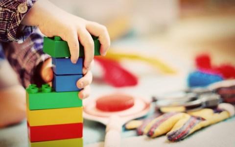 child 1864718 1280 - 10 SPOSOBÓW, ABY DZIECKO ZACZĘŁO SIĘ BAWIĆ SWOIMI ZABAWKAMI