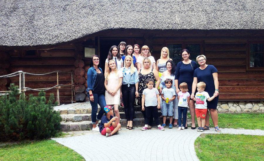 zdjęcie grupowe spotkanie kobiecych blogerek - SPOTKANIE KOBIECYCH BLOGEREK W GRODZISKU MAZOWIECKIM