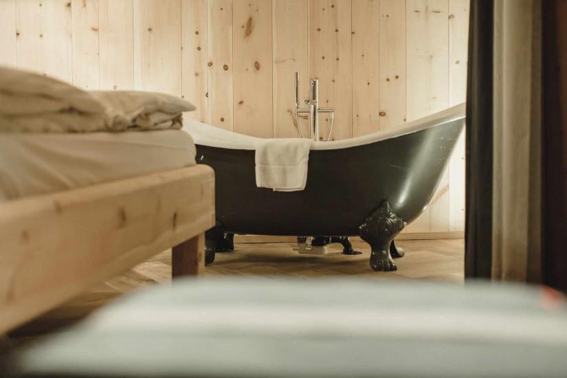 Die freistehende Badewanne bietet die nötige Entspannung nach einem erlebnisvollen tag