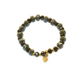MamaBella AD0012 Facet Khaki Mix Heart is een armband voor dames bestaande grote lichtere khaki facet parels gecombineerd met kleinere khaki facet parels, afgewerkt met gouddetails en een goudkleurig bedeltje met een hartje aan