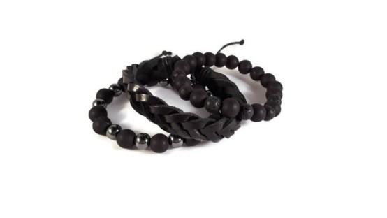 MamaBella AM0003 Ibiza armbandenset is een set elastische herenarmbanden bestaande uit een armband van zwarte matte acryl parels, gecombineerd met lava parels, een zwarte gevlochten lederen armband en een armband van zwarte matte acryl parels gecombineerd met Hematite natuurstenen kralen in antraciet