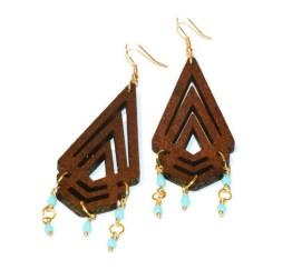 MamaBella OD0006 Triangle Boho Wood oorbel is een goudkleurige oorbel met franse oorhaak afgewerkt een donker bruine houten glitter triangel en fijne turquoise pareltjes