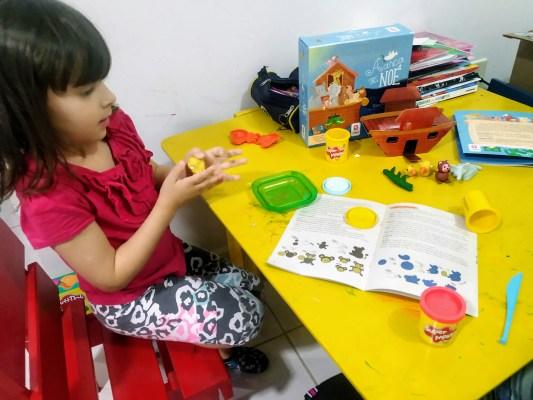 Minha filha Catarina brincando com o livro Arca de Noé da Estrela Cultural