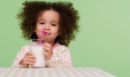 leite-menina-tomando