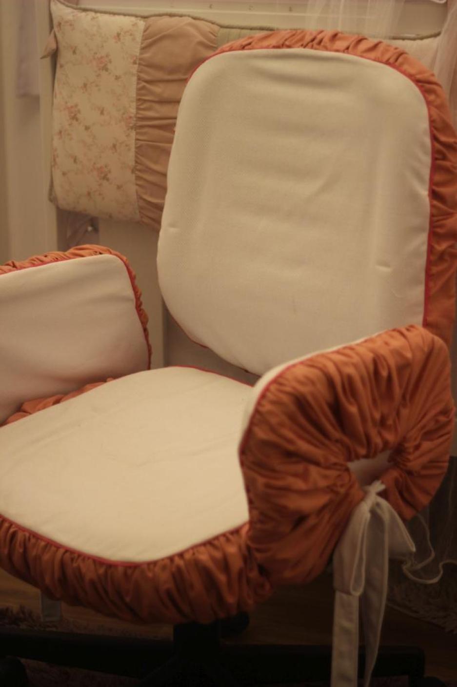Aqui, a Cadeira de Escritório, recebeu uma capa para combinar com o quarto.