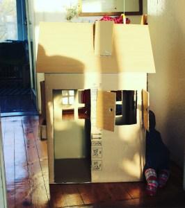 casita con caja de cartón reciclada mamá extraterrestre