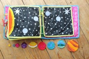 Quiet Book mamá extraterrestre libro actividades tela texturas bebé toddler universo sistema solar planetas velcro