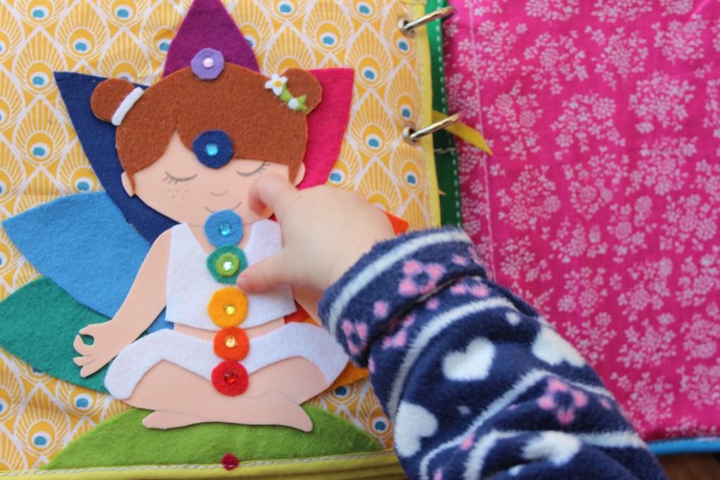 Quiet Book mamá extraterrestre libro actividades tela texturas bebé toddler cuerpo eterico yoga meditacion chakras aura