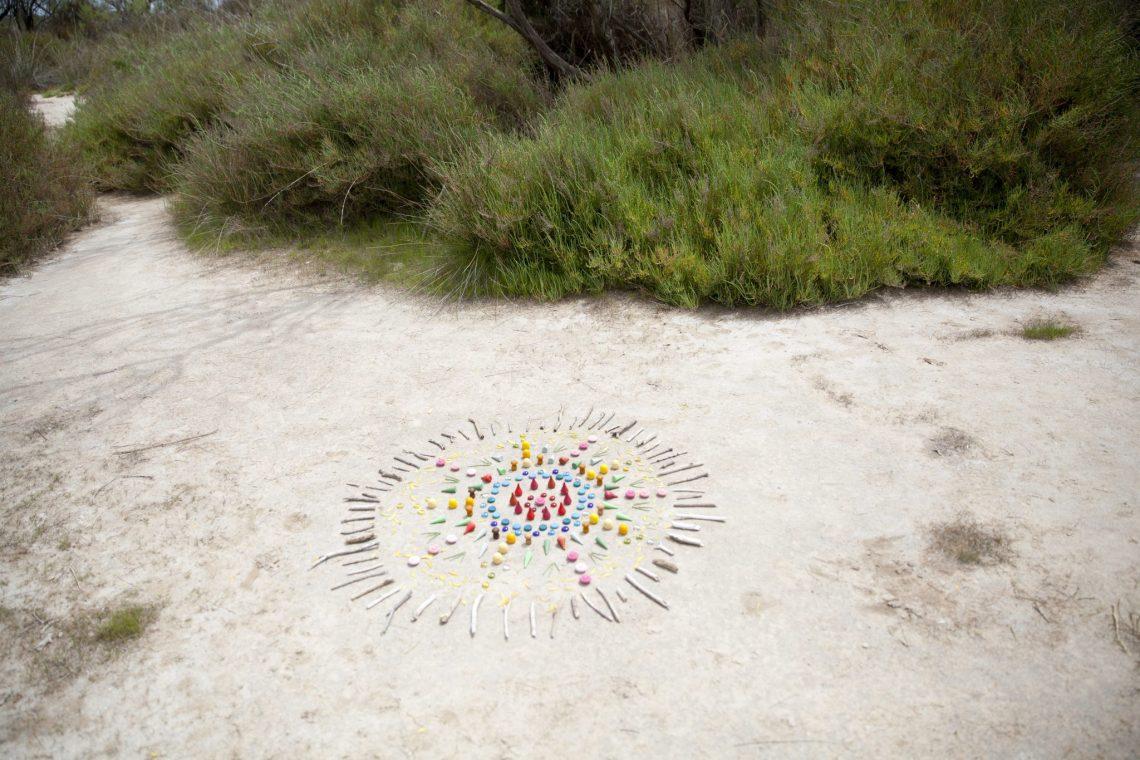 piezas sueltas naturaleza material no estructurado mercedes herran mama extraterrestre #piezassueltas loose parts mandala natural grapat in the wild