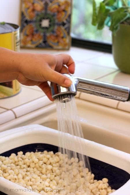 Limpiando maiz pozolero