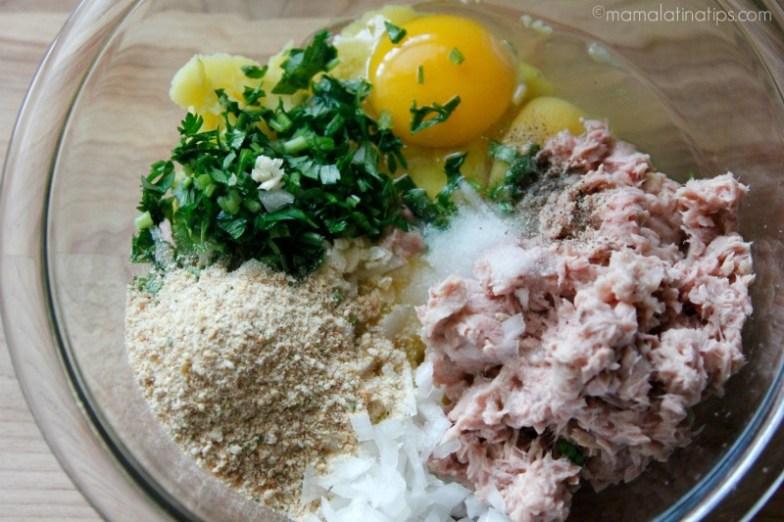 pan molido, perejil picado, huevos y atún