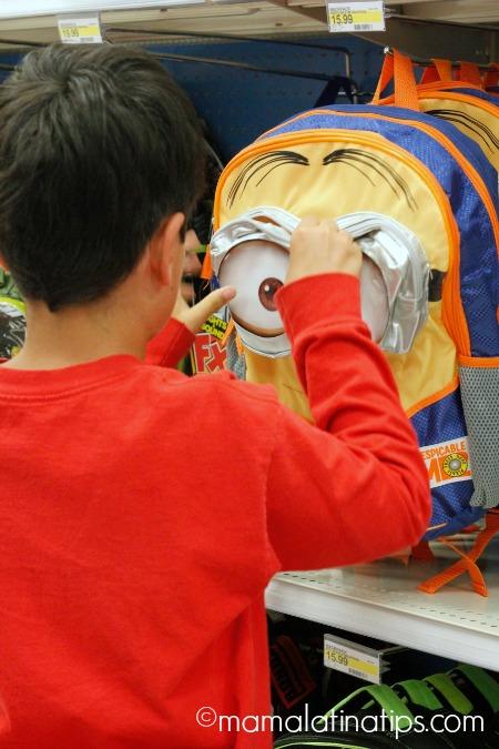 Niño escogiendo su mochila