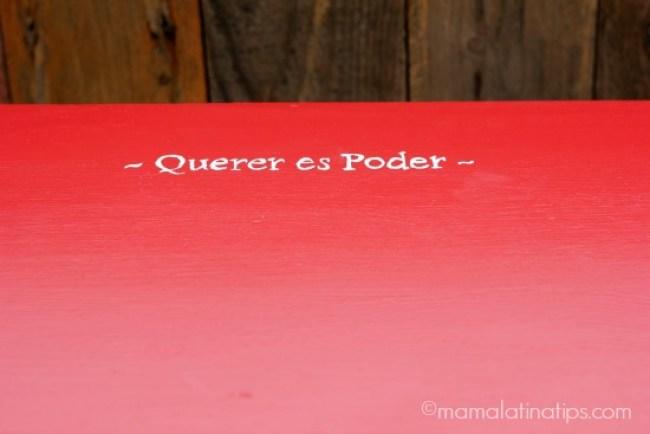 Un escritorio rojo con la frase Querer es Poder