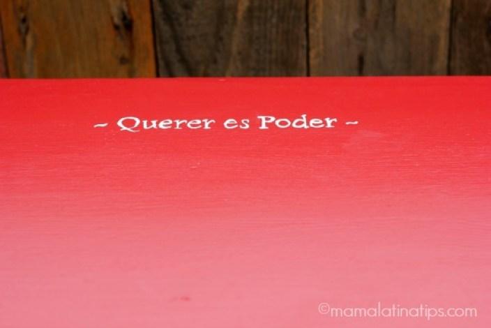 A red desk top that says Querer es Poder