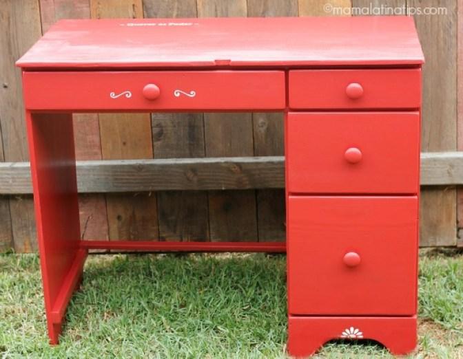 Un escritorio rojo pequeño con cuatro cajones