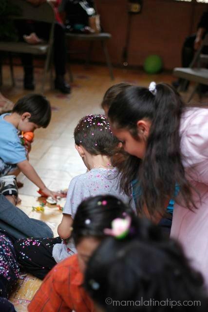 niños recogiendo dulces de la piñata
