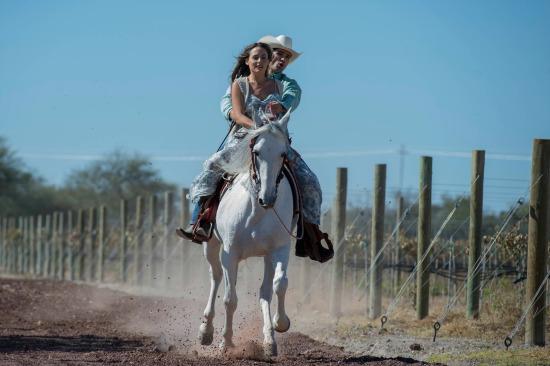 Personajes de la novela Que Te Perdone Dios, a caballo