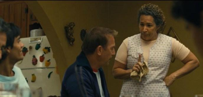 Escena de la película McFarland USA con Kevin Costner y Señora. Díaz