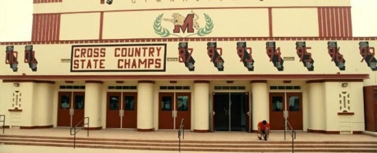 Foto de la fachada de la preparatoria McFarland High School