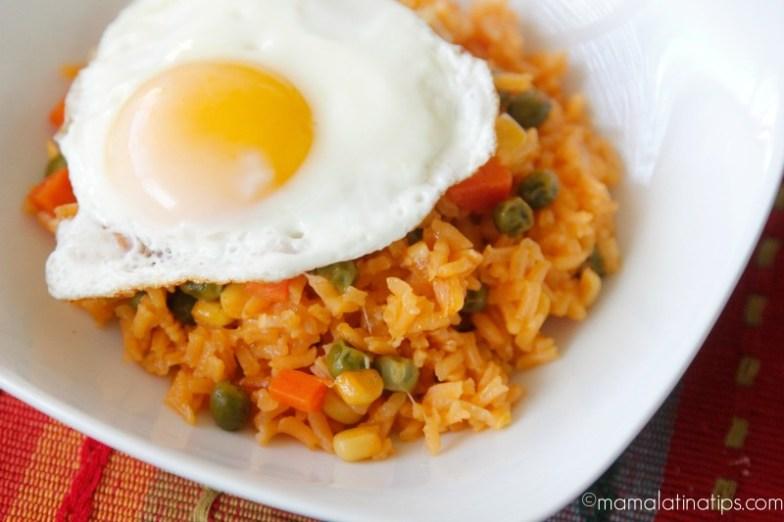 arroz rojo con huevo estrellado
