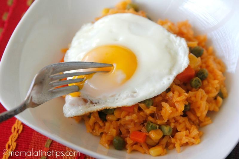 Arroz rojo con huevo estrellado - mamalatinatips.com