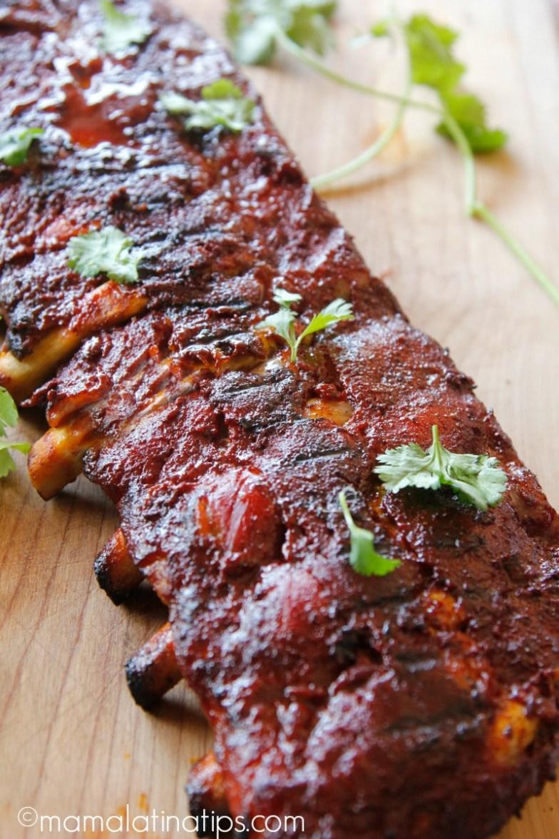 Costillas de Cerdo al Achiote, ideales para una parrillada. La salsa es agridulce hecha con jugo de naranja, especias y chiles.