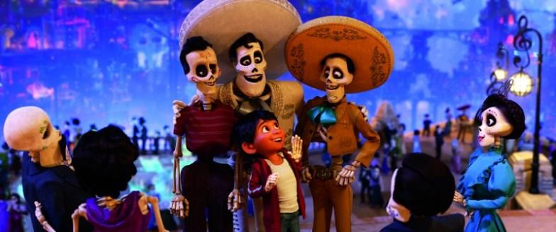 Escena de Coco con personajes vestidos de charro