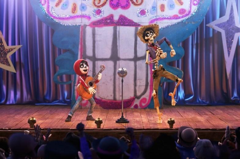 Miguel & Hector singing un poquito loco en Coco - mamalatinatips.com