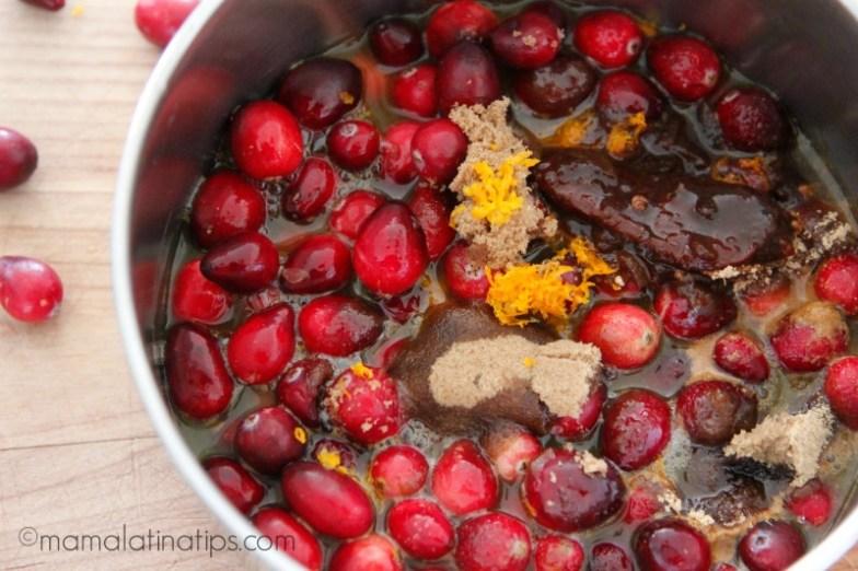 Arándanos, azúcar morena, chile chipotle, ralladura y jugo de mandarina - mamalatinatips.com