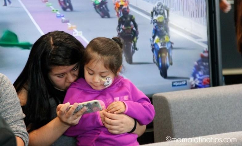 Madre e hija usando teléfono móvil