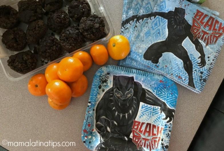 Platos desechables y servilletas de Black Panther, fruta y browinies