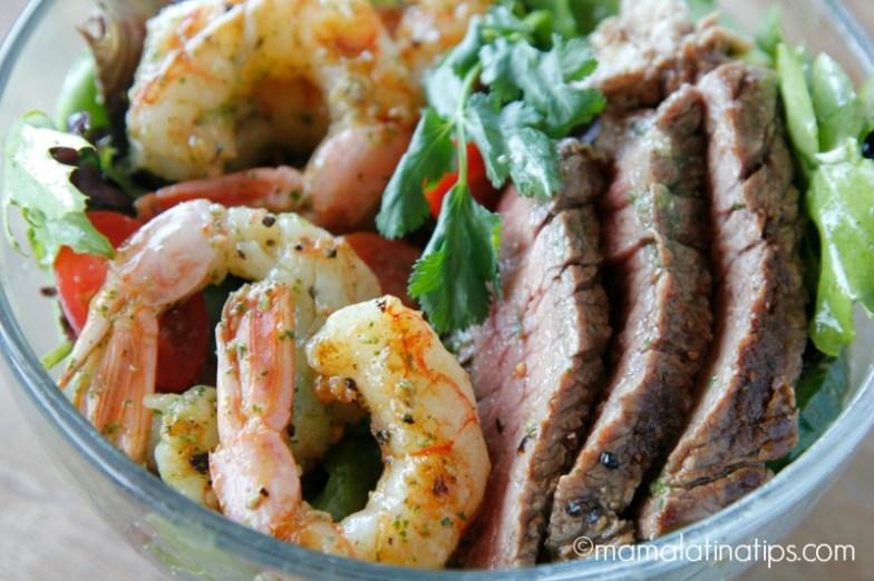 Tazón con ensalada mar y tierra con aderezo de cilantro