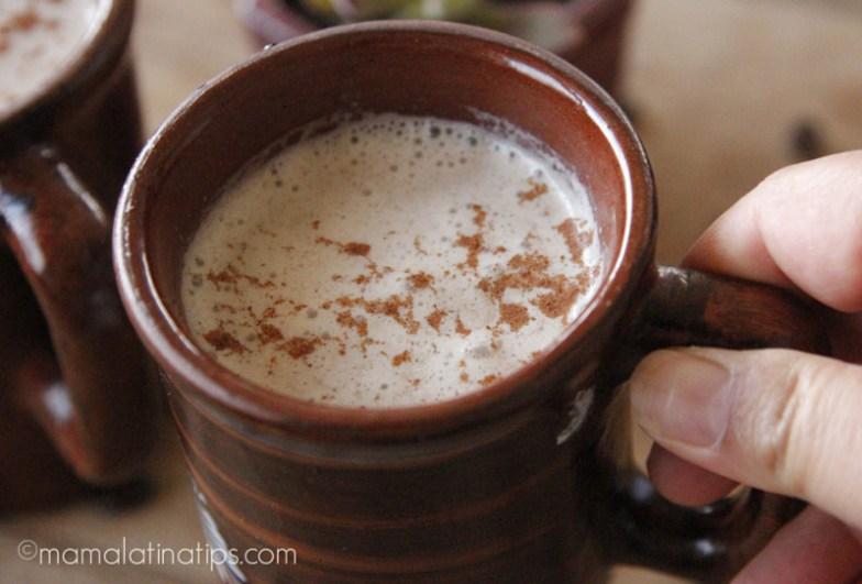 Una taza de café con leche y canela