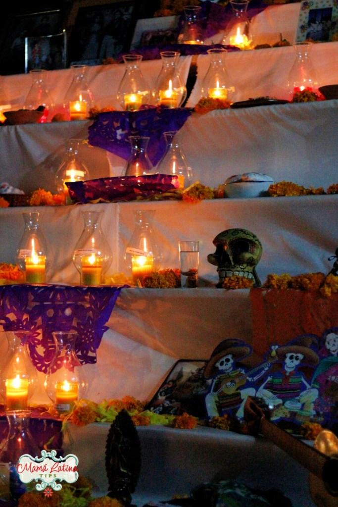 Veladoras en altar de muertos