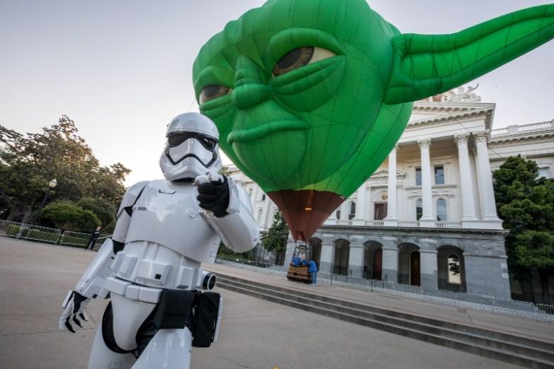 Storm Trooper junto a un globo aerostático de Yoda