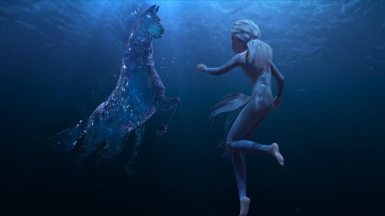 Escena de Frozen 2 Elsa bajo el agua con un caballo mágico