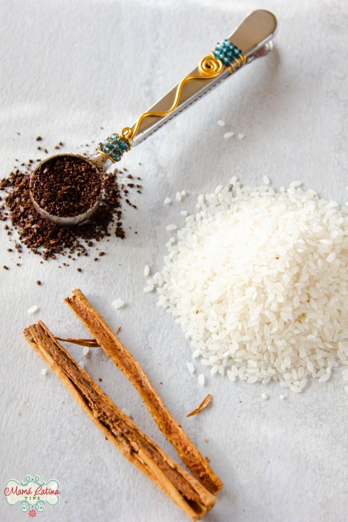 café molido, arroz y una raja de canela