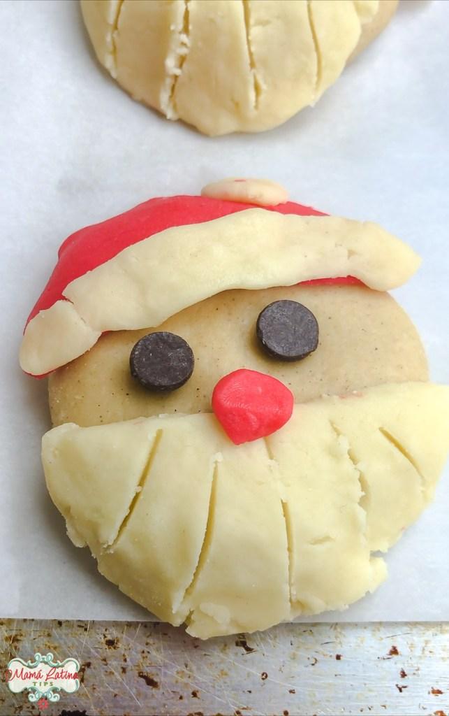 Una concha decorada de Santa Claus antes de hornear