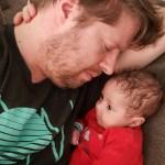 Sem en papa liggen samen op de bank