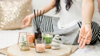 Meditatie geeft ons de gelegenheid om echt tot rust te komen en onszelf de aandacht te geven, wat ons in staat stelt om ook liefdevol naar anderen te zijn.