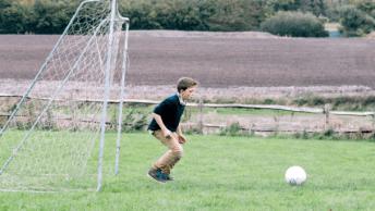 Wil jij graag de achtertuin kidsproof maken, zodat je zoon er lekker in kan spelen met vriendjes, broertjes of zusjes? Check onze tuinspeelgoed tips!