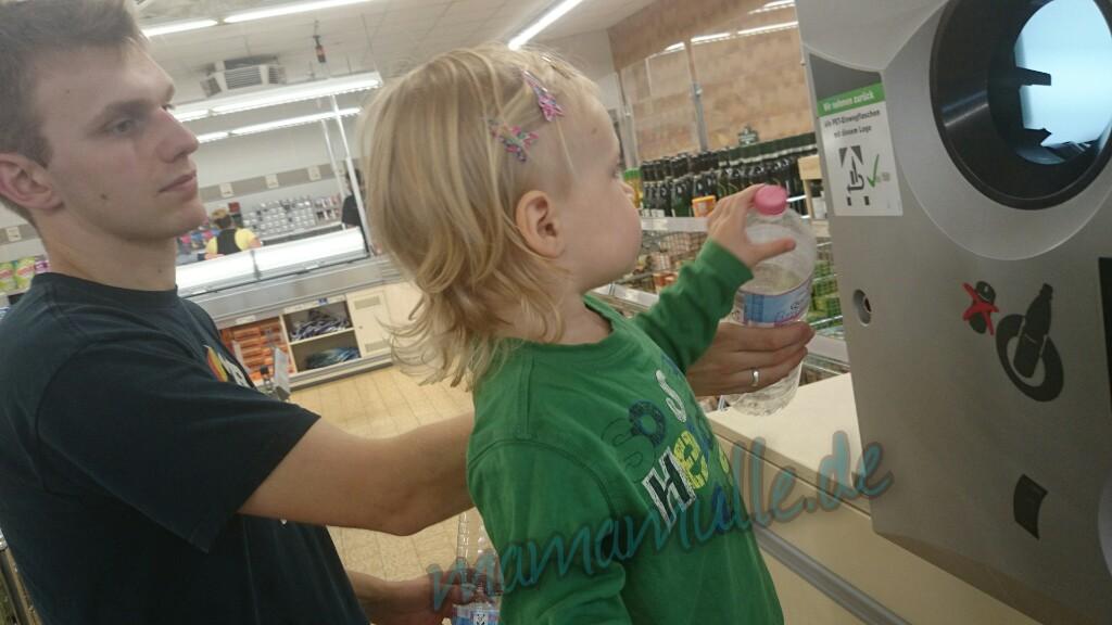 Pfandflaschen abgeben mit Papa - immer wieder ein Spaß =)