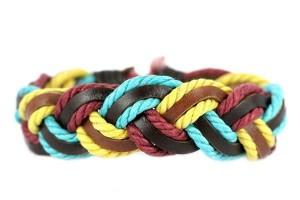 Vous trouverez sur le site des bracelets, des boucles doreilles, des bagues, des colliers, des sautoirs\u2026 bref, il y a vraiment de quoi trouver son bonheur!